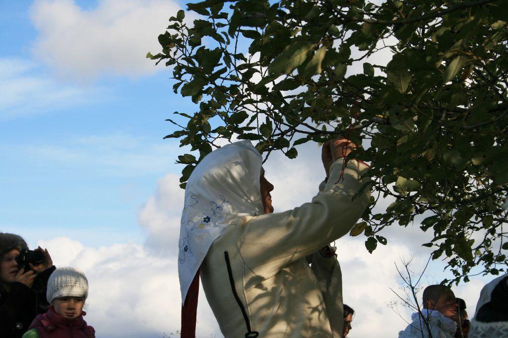 Palve lõpus sidusid inimesed puu külge kaasa võetud paelad