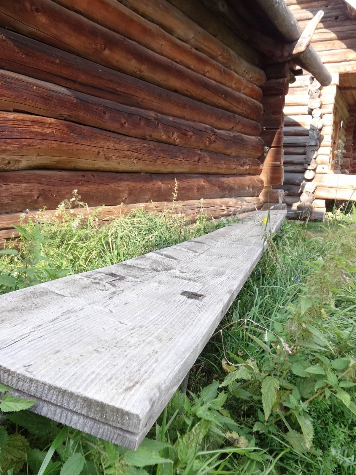 По длинной скамье, направленной к распахнутой двери...