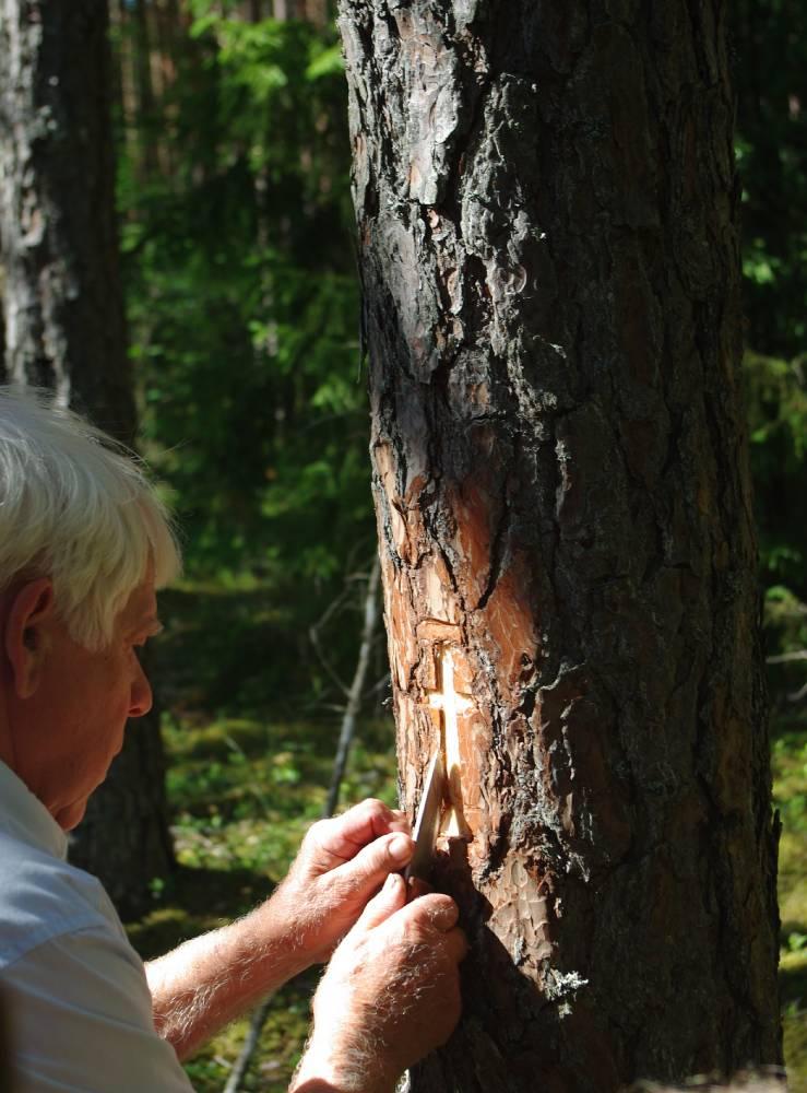 Meister annab viimase lihvi puusse lõigatud ristile